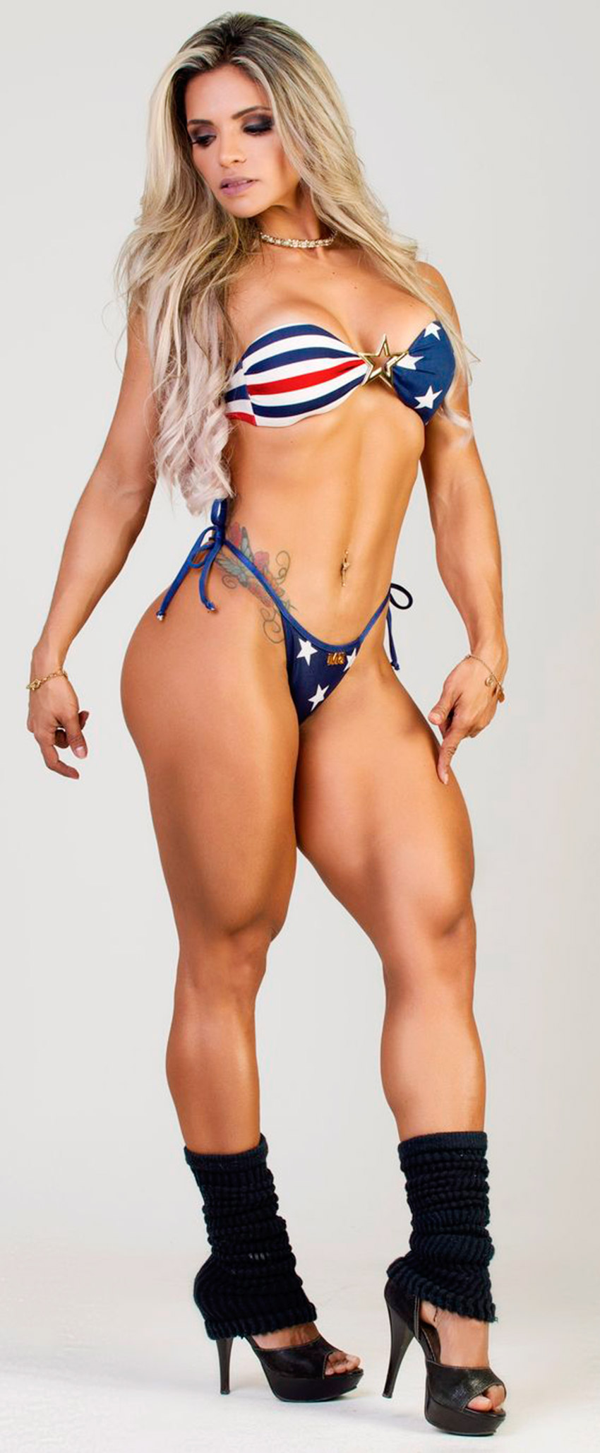 Aline Barreto flexing legs in bikini