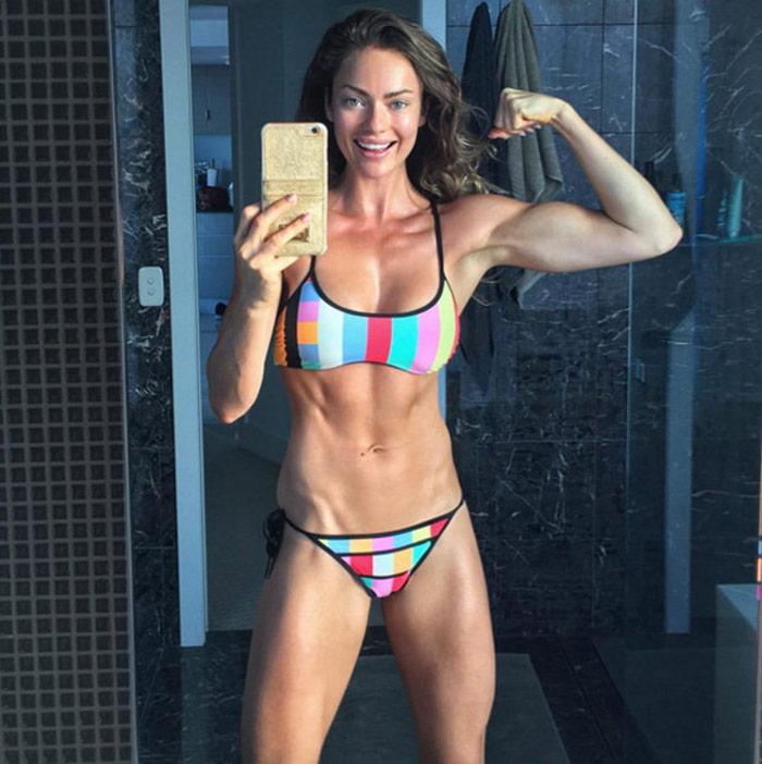 emily-skye-flexing-muscles-in-bikini-406105