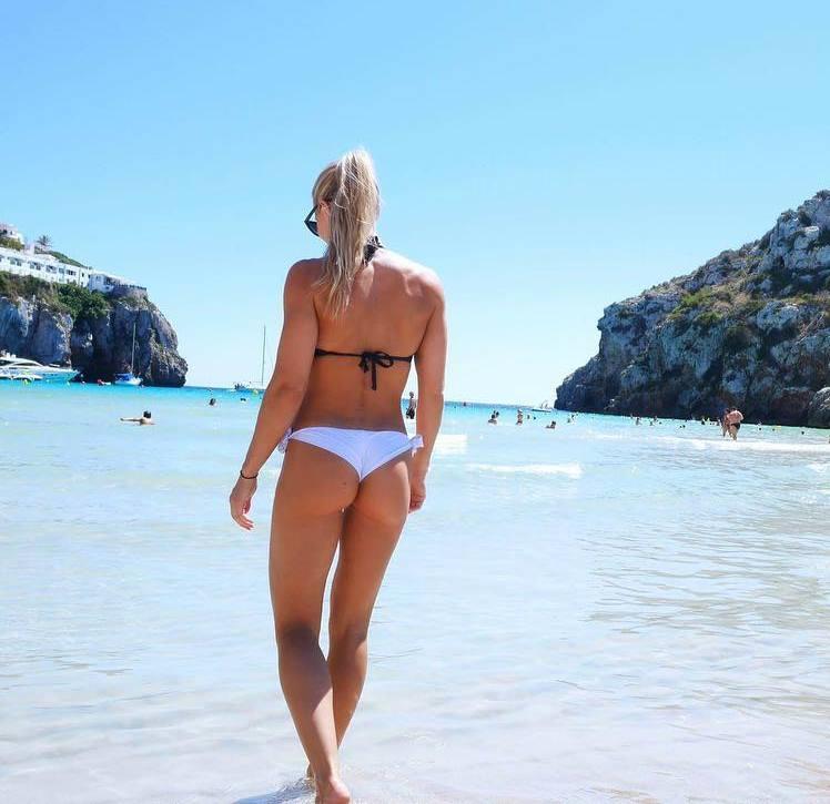 lina spansk on the beach