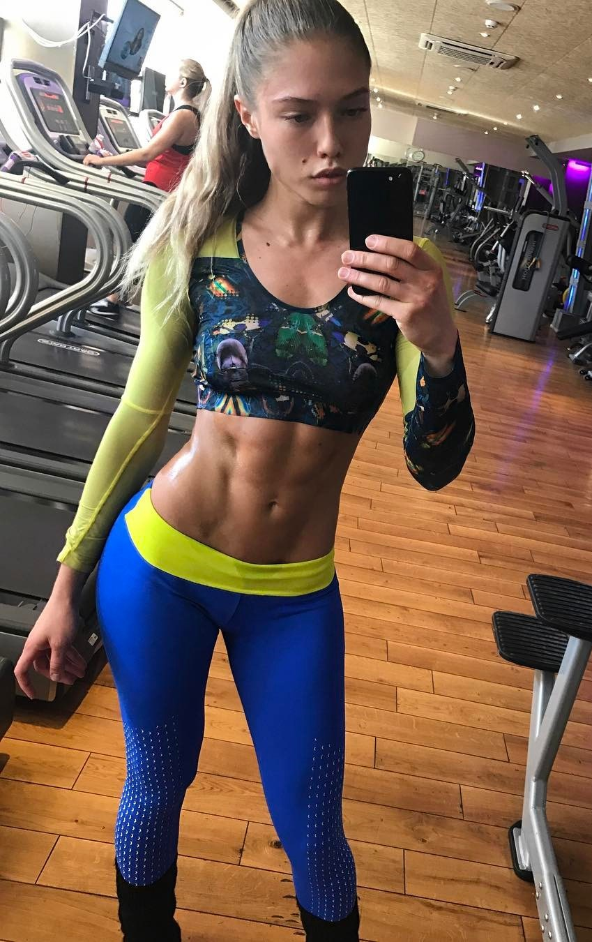 Rida Kashipova taking a selfie in the gym showing off her ripped abs