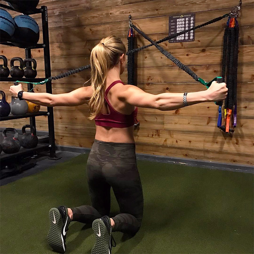 Alex-Silver-Fagan-tensing-her-back-in-the-gym-showing-her-muscular-definition