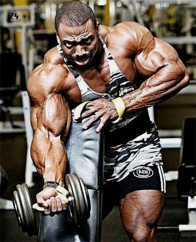 Cedric-McMillan-training-his-arms-in-the-gym