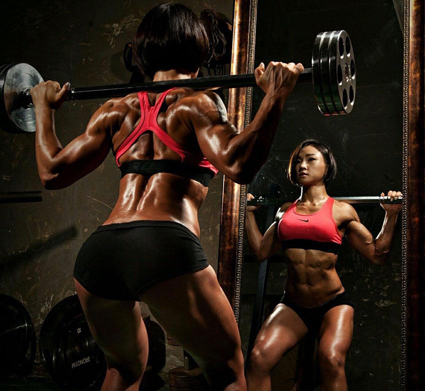 Chu mi Kim performing squats in the squat rack