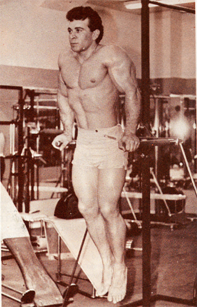 Freddy-ortis-performing-tricep-dips-in-the-gym-and-showing-his-muscular-physique