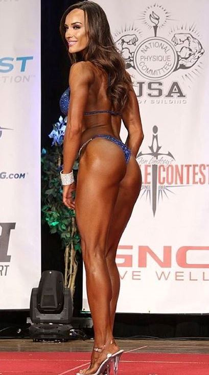 Heidi Carlsen showing her legs and glutes to the judges on the stage