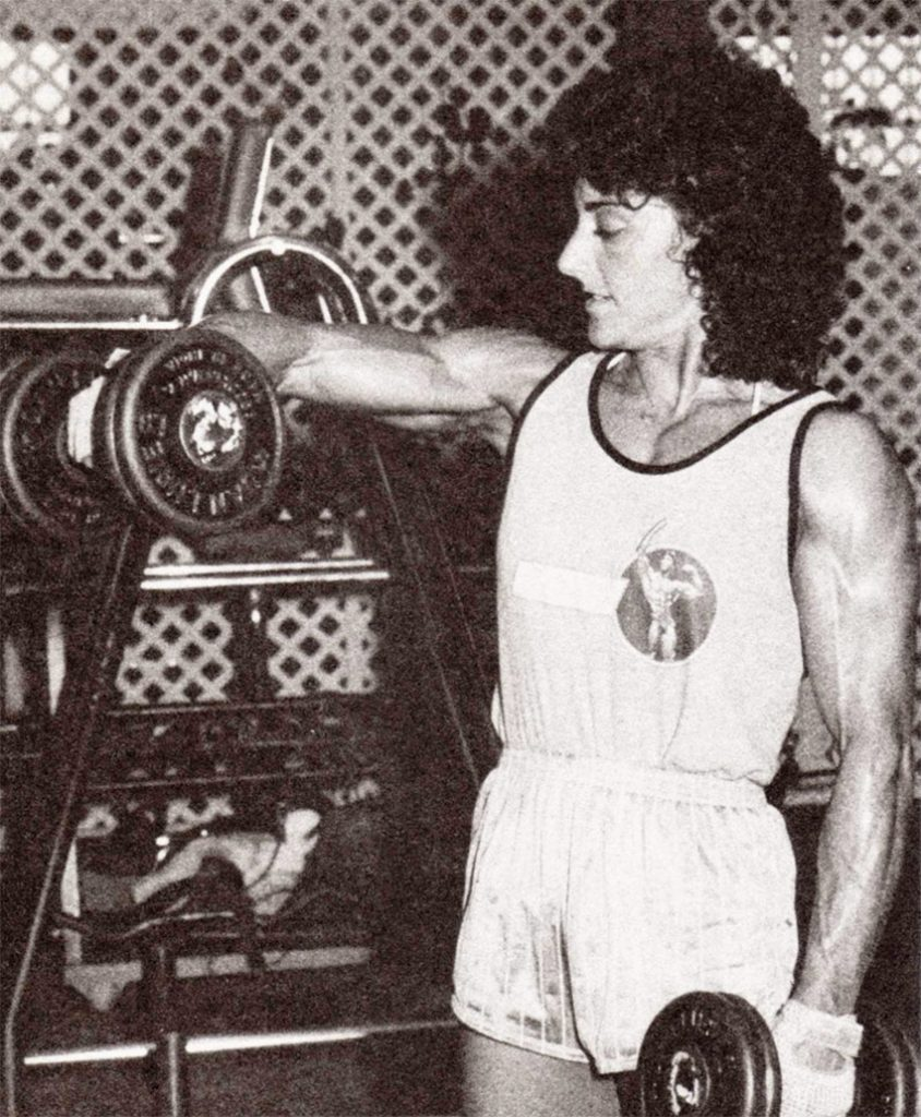a picture of Laura Combes lifting weights.