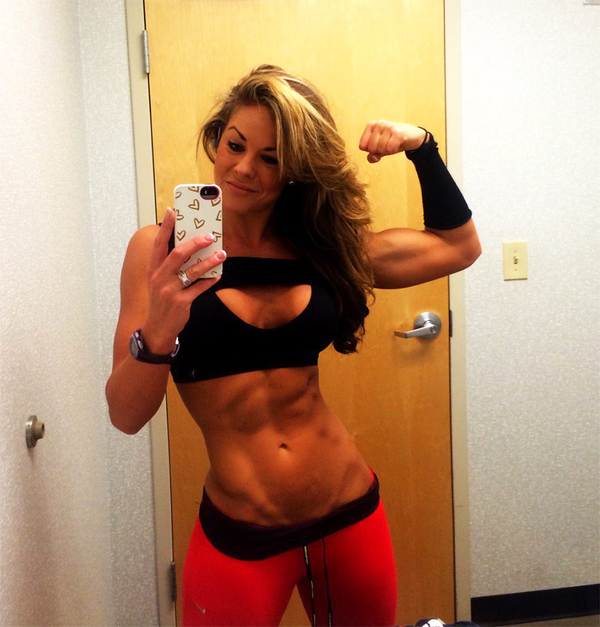 Sami Bossert selfie in the mirror showing her abs and muscle definition.