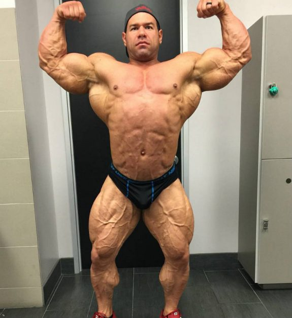 Steve Kuclo full body posing while cutting for a competition