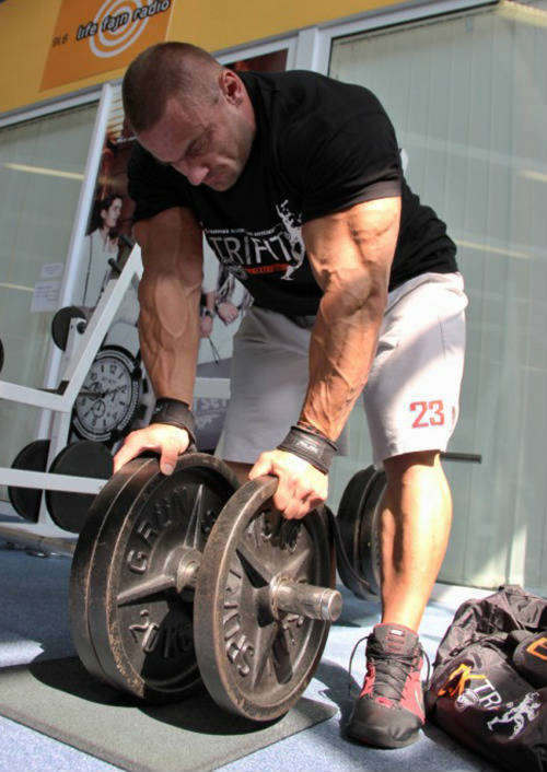 tomas kaspar bent over holding weight plates