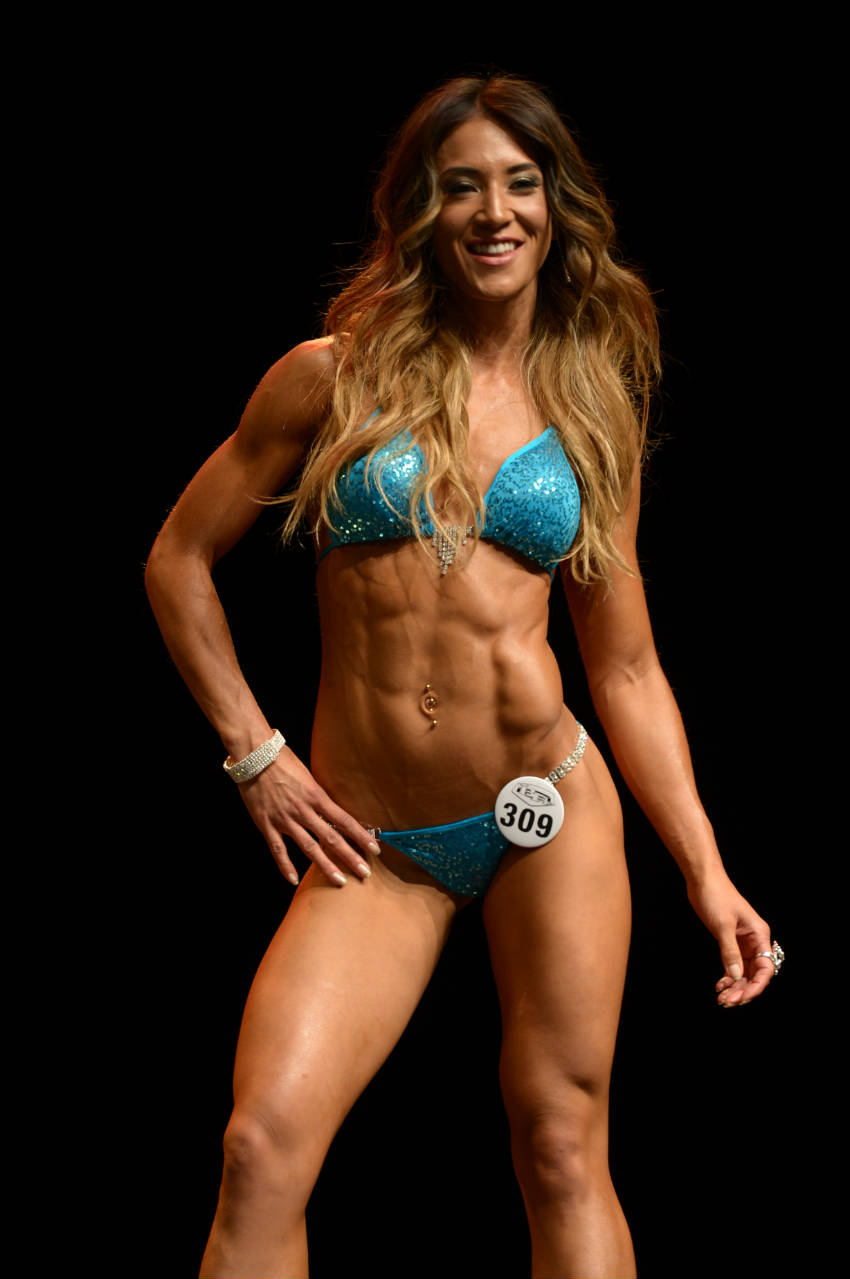 Kimberly Hoogenhoorn showing her ripped abs and large quads