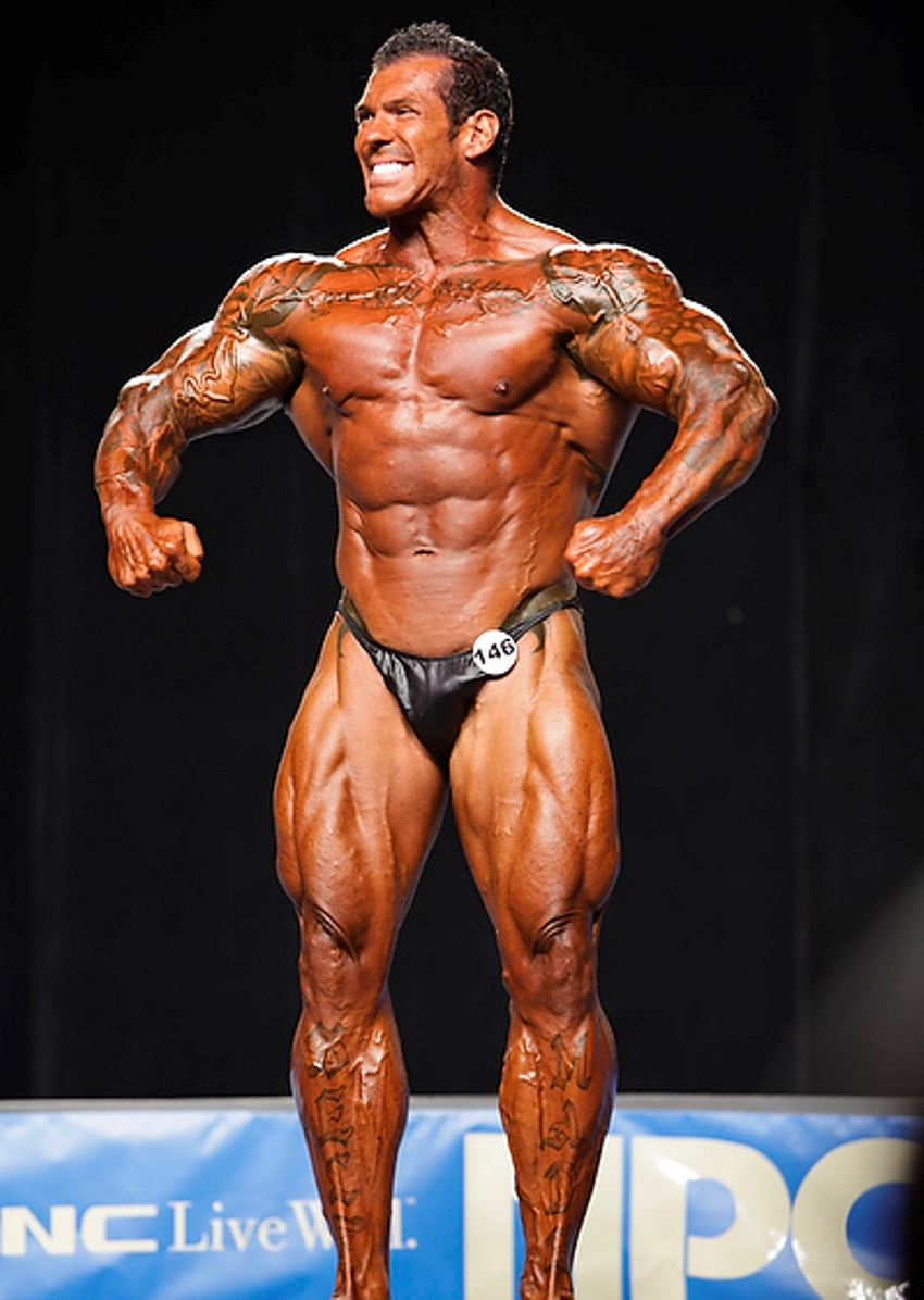 Rich Piana on the stage in 2010, showing his massive and impressive physiques to the judges