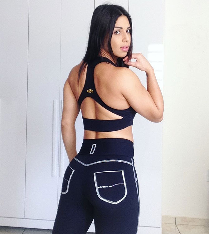 Jessica Felipe showing off her glutes in new gym clothes