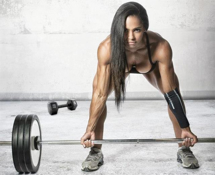 Denise Rodrigues deadlifting in sportswear