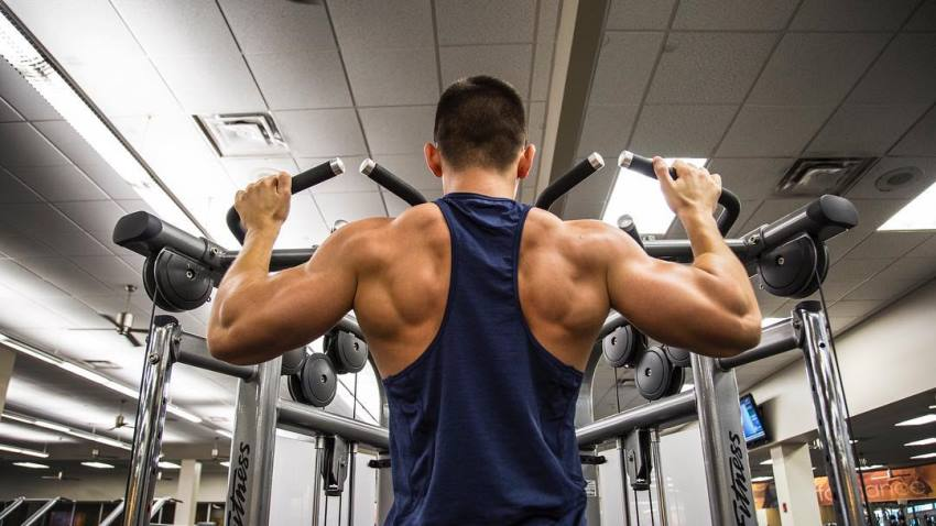 FaZe Censor doing pull ups in the gym, his back and arms looking ripped and muscular