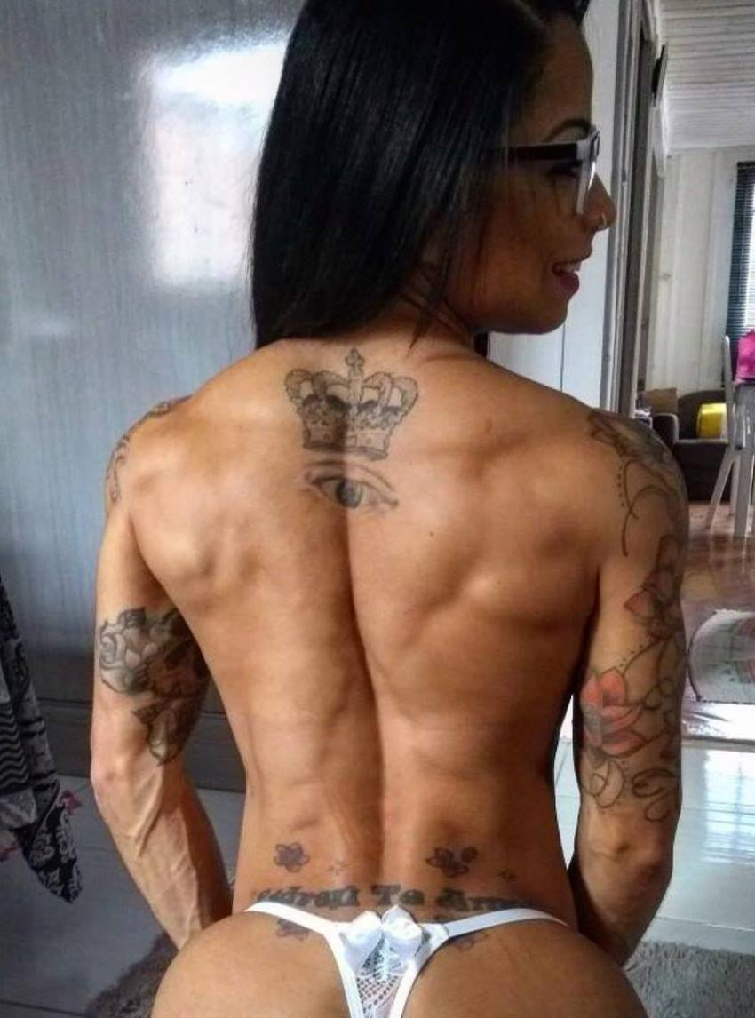 Elah Bittencourt showing her ripped back