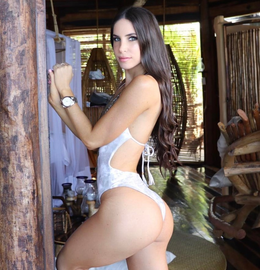 Jen Selter posing for a photo looking fit and curvy