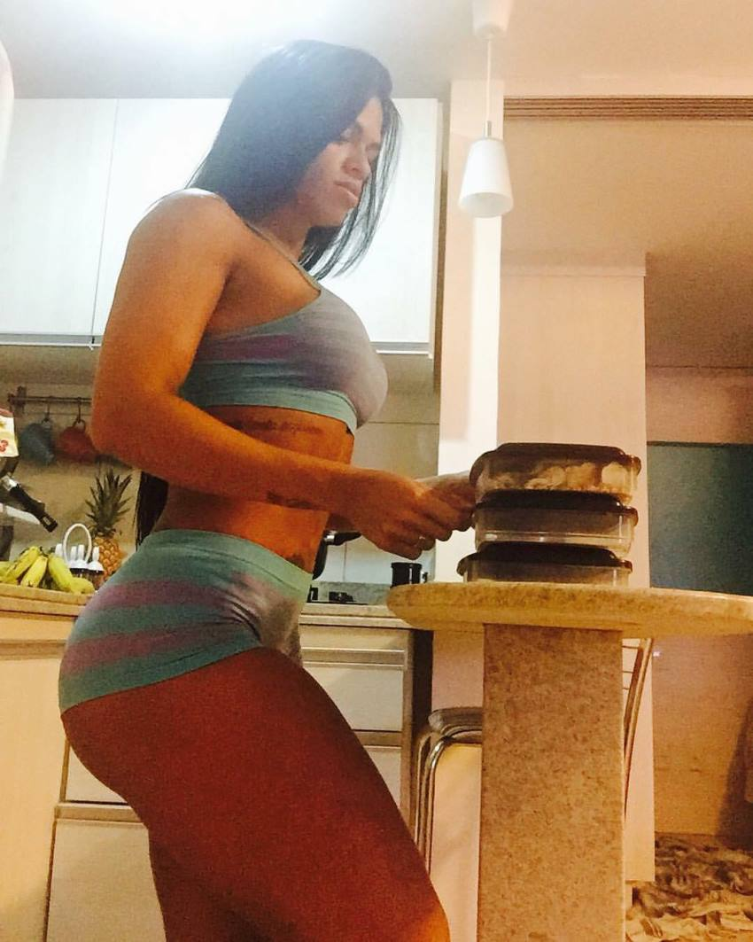 Jeniffer Alves preparing her meals, looking fit