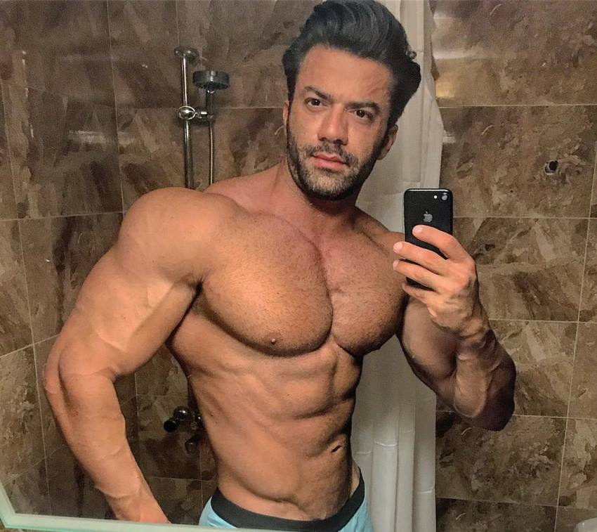 Mohammad Kashanaki taking a selfie of his aesthetic and muscular physique