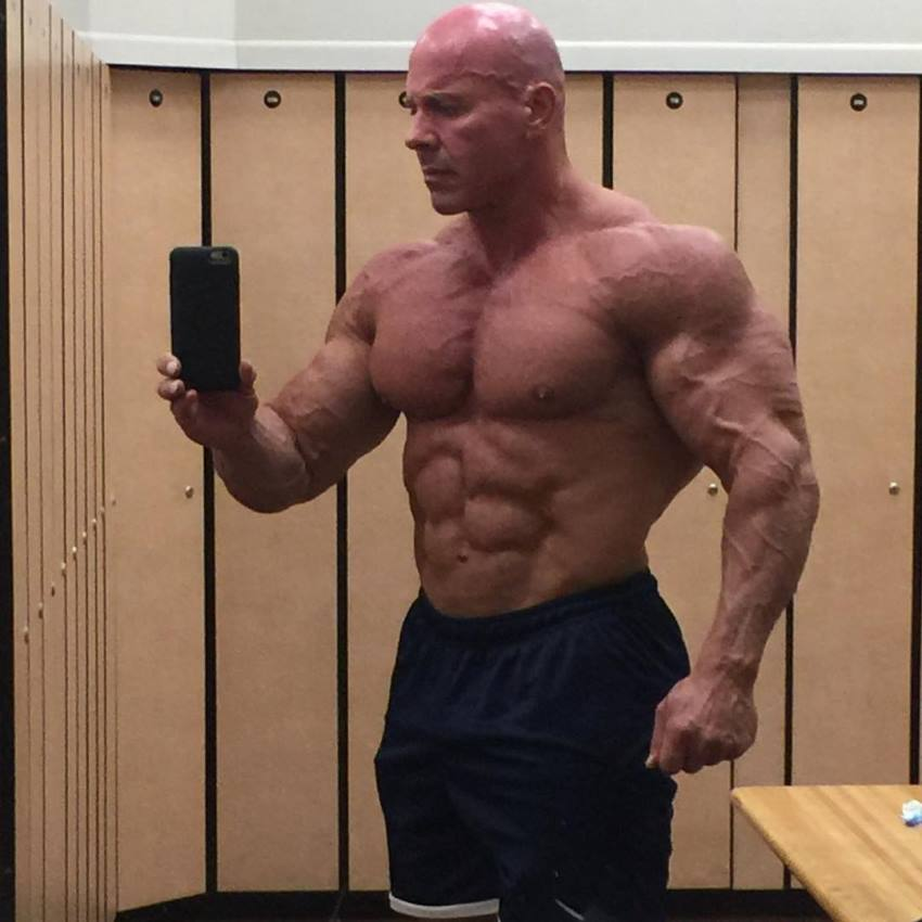 Stan Efferding taking a selfie of his massive and ripped physique