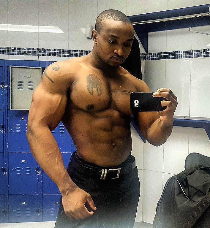 Antonio Mitchell taking a selfie of his ripped physique