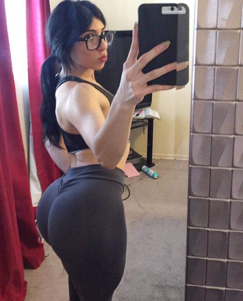 Jennifer Sue taking a selfie of her glutes and legs in leggings
