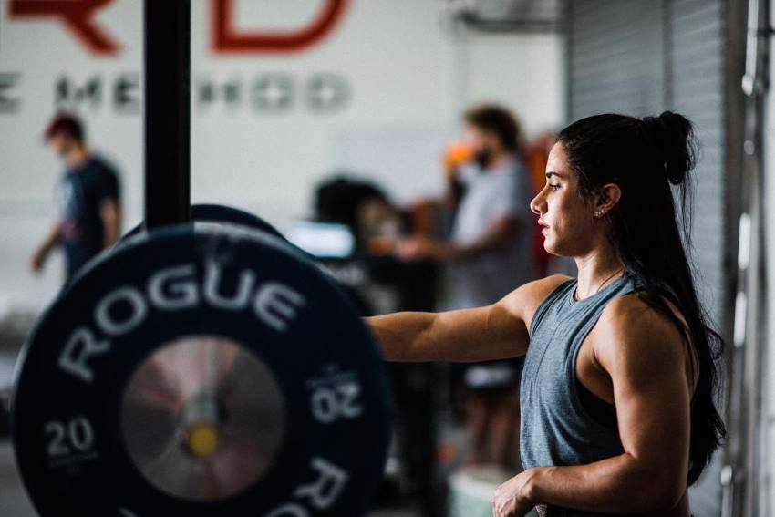 Stefanie Cohen preparing to do a heavy lift in a powerlifting gym