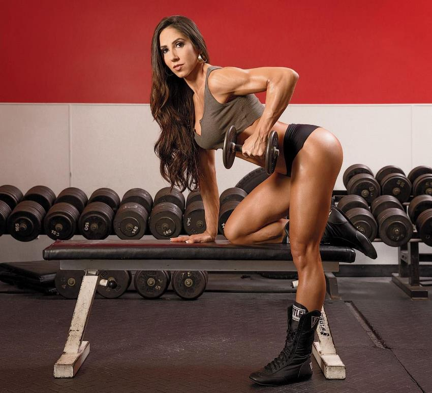 Angelica Teixeira doing dumbbell bent over rows in the gym