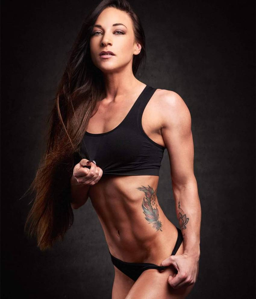 Anna Delyla flexing her abs for the photoshoot