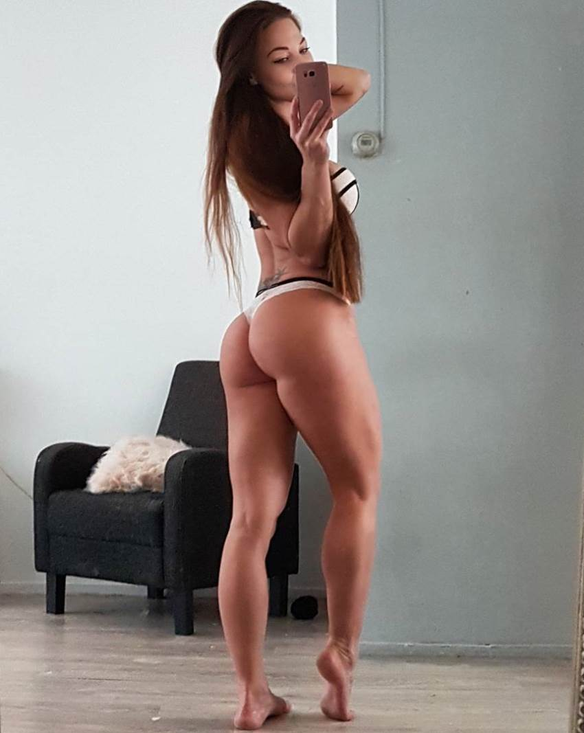 Anna Delyla taking a selfie of her awesome glutes and legs