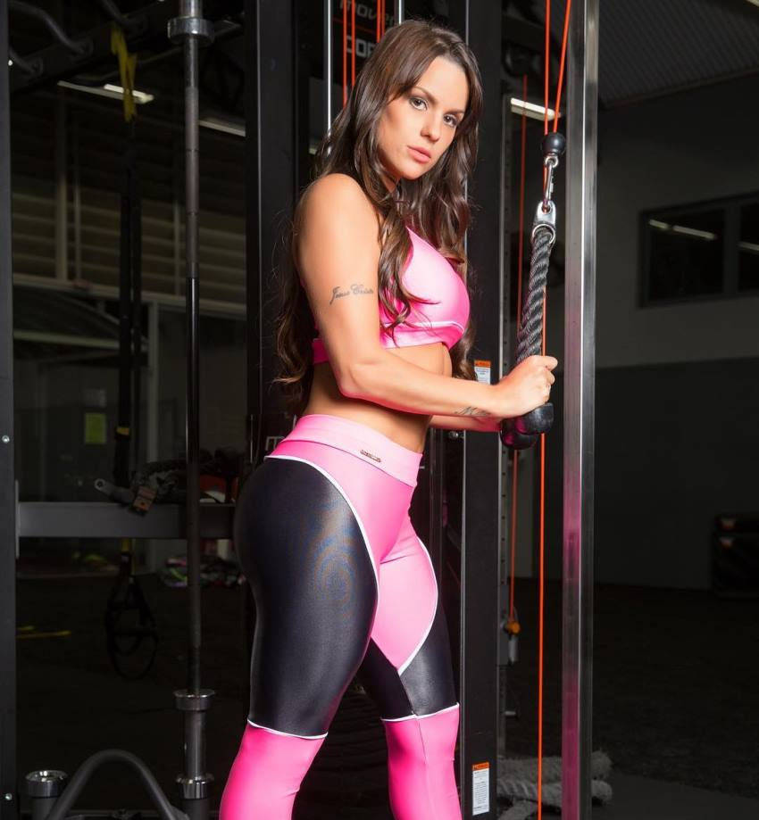 Carol Dias doing triceps extensions in the gym