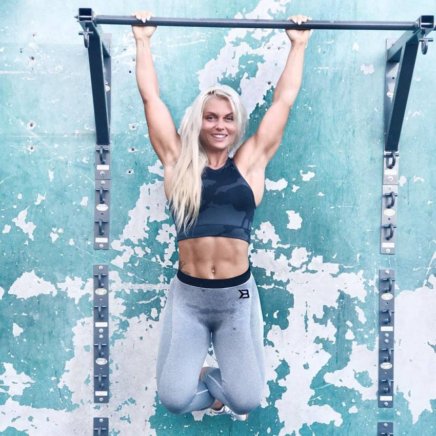 Caroline Aspenskog doing pull ups and smiling