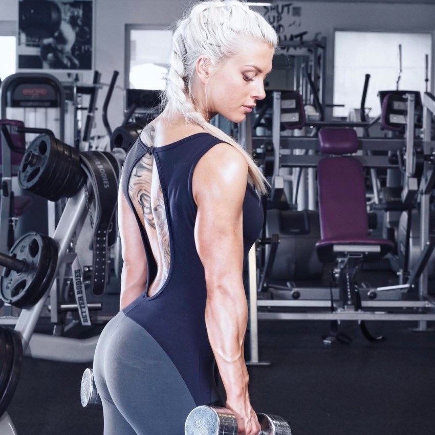 Caroline Aspenskog in the gym, holding dumbbells in her arms