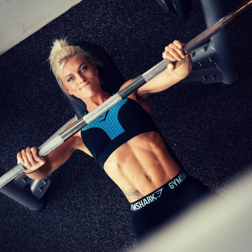 Caroline Aspenskog doing bench press