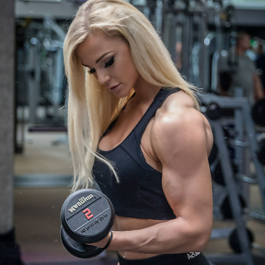 Catharina Wahl performing dumbbell bicep curls.