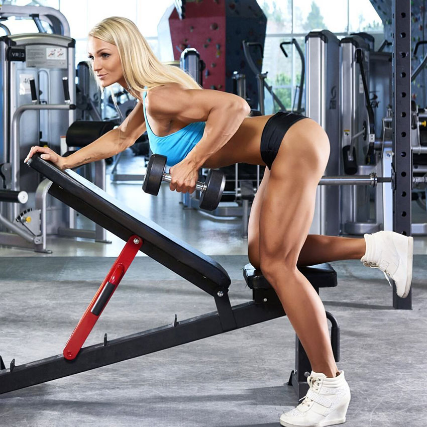 Catharina Wahl performing dumbbell rows in the gym.