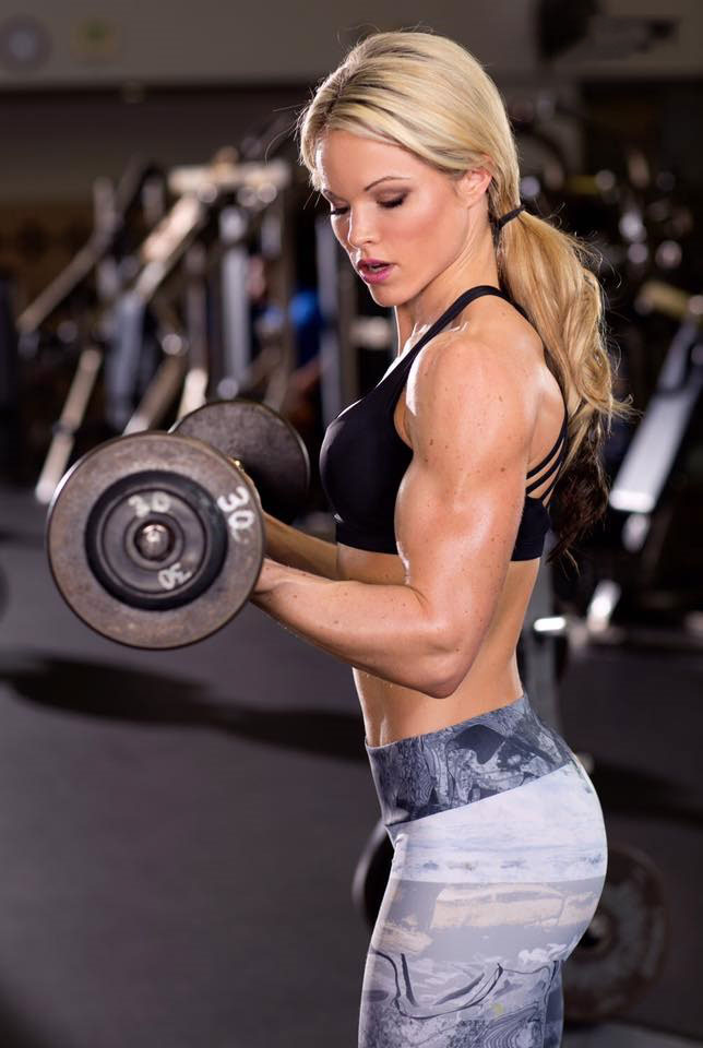 Justine Munro performing dumbbell bicep curls