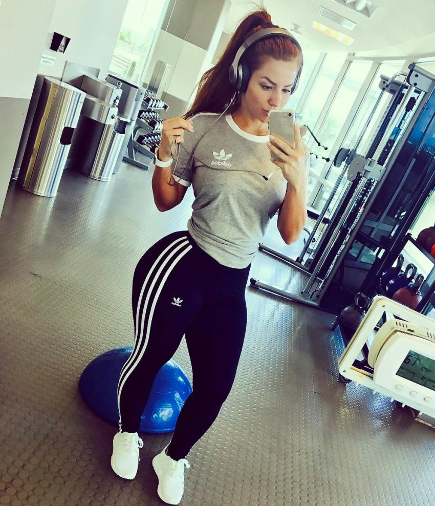 Mindy Sittinpretty taking a selfie in the gym looking fit and curvy