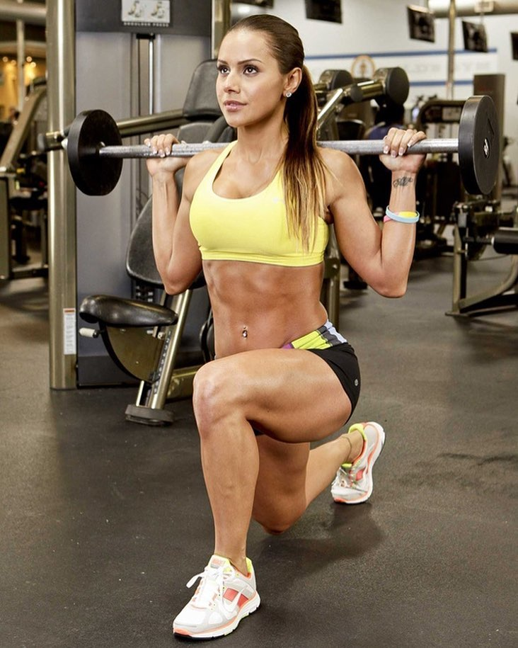 Nathalia Melo doing lunges in a gym
