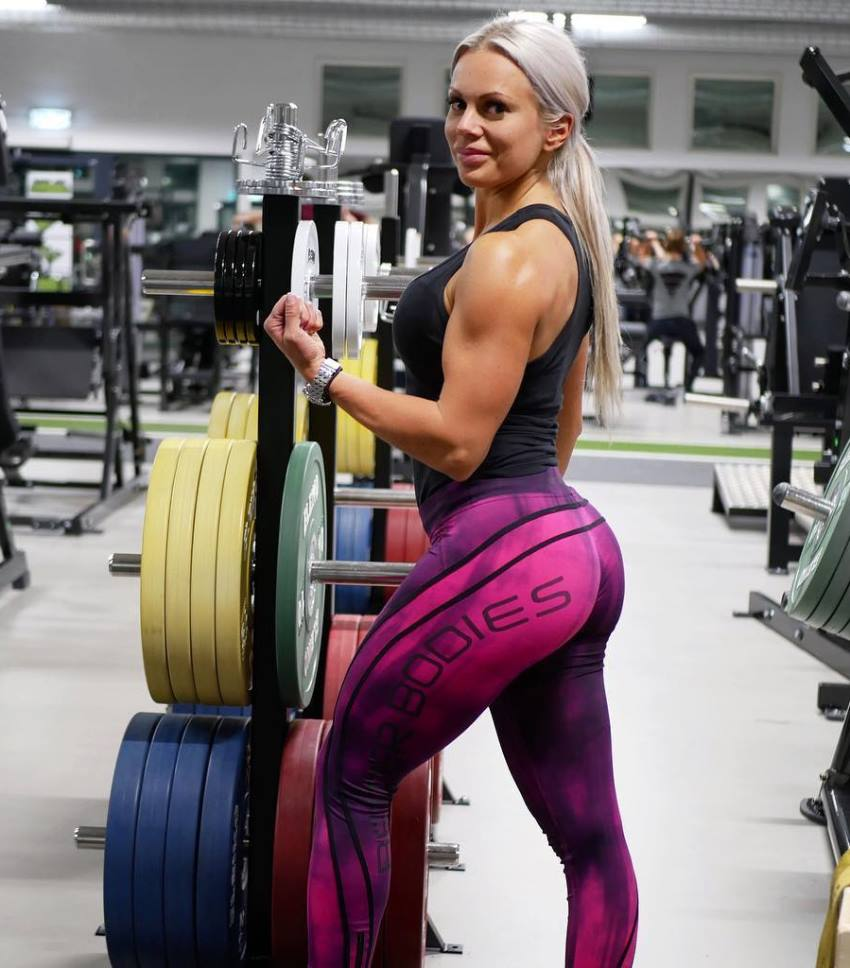 Anna Stålnacke showcasting her curvy glutes and legs, and her lean arms for a photo