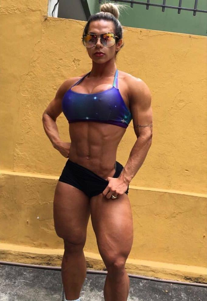 Suelen Bissolati showing off her ripped and muscular figure