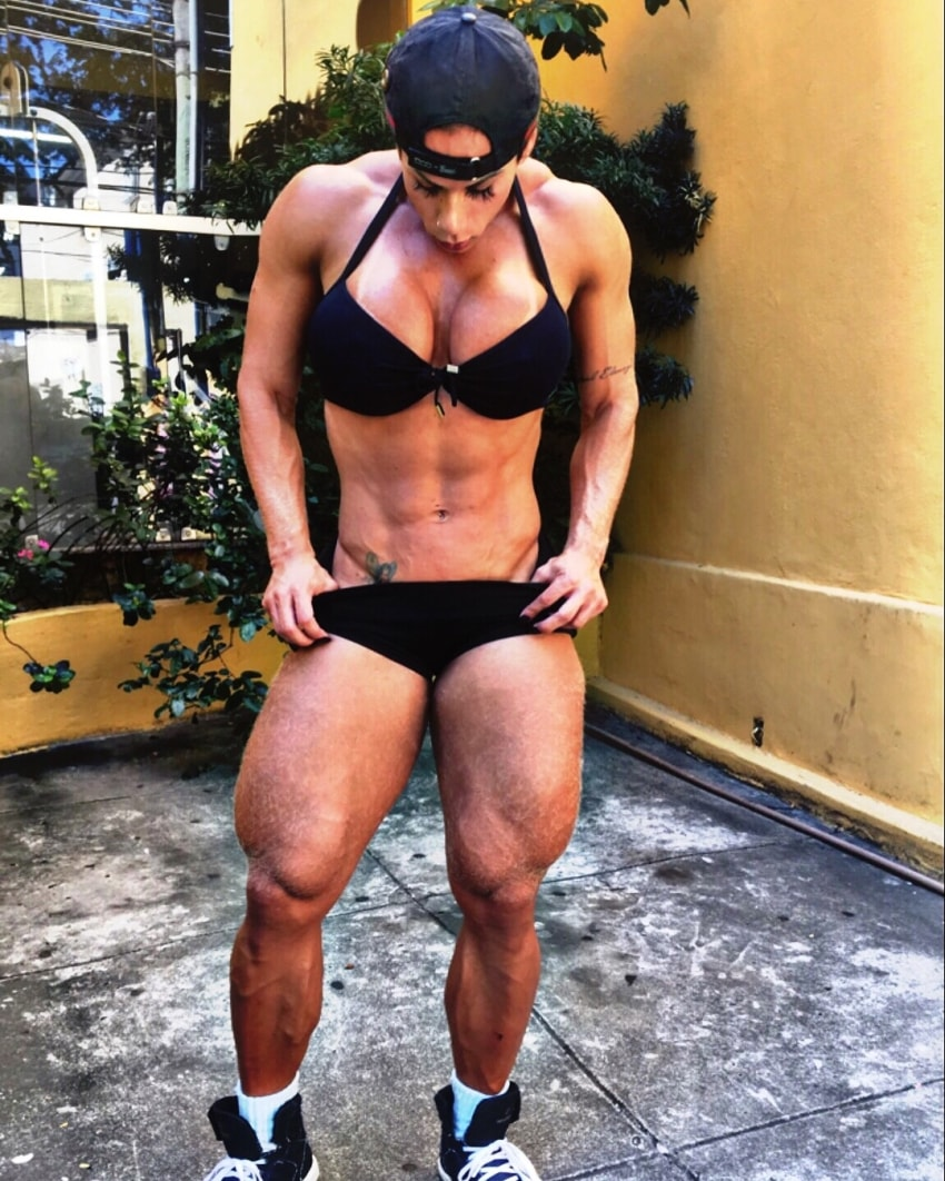 Suelen Bissolati posing for a photo looking muscular and aesthetic