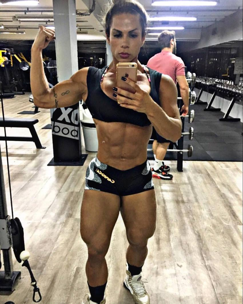 Suelen Bissolati flexing her biceps for a selfie
