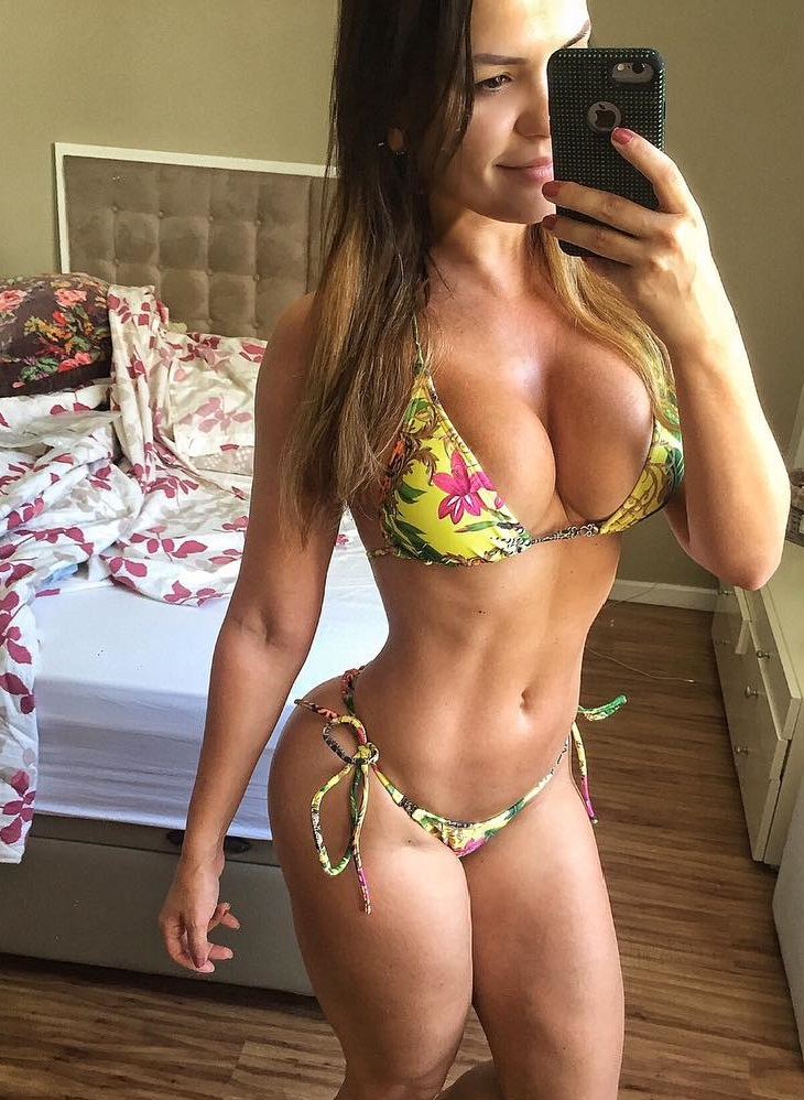 Liz Amorim Caria taking a selfie of herself in a bikini, looking curvy and fit