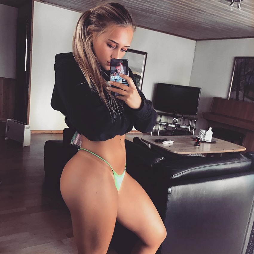 Maren Turmo taking a selfie of her awesome physique