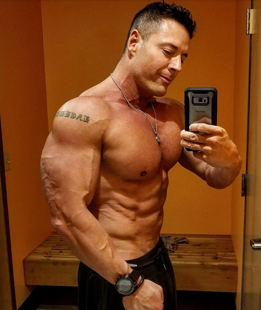 Micah Lacerte taking a selfie of his ripped physique
