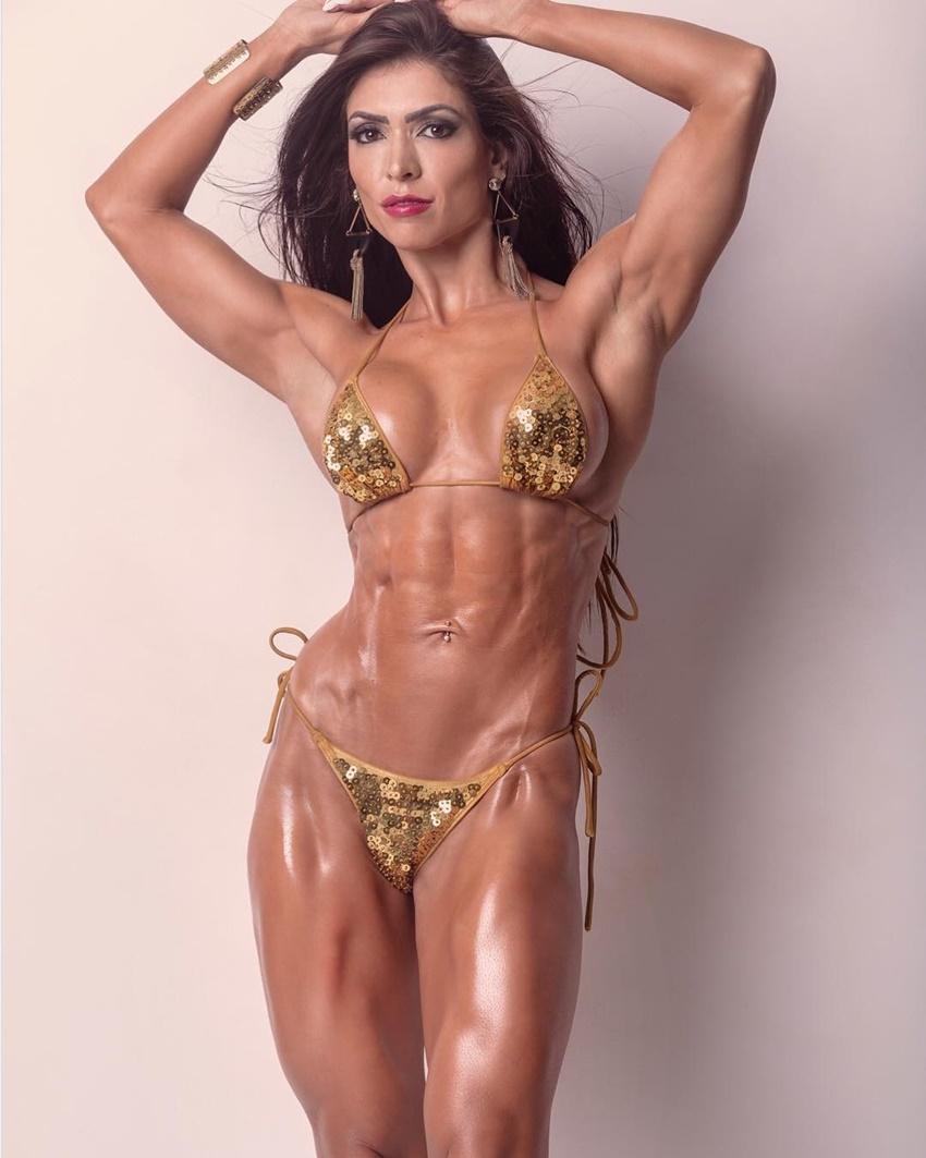 Muri Rodrigues displaying her ripped and aesthetic figure in a bikini