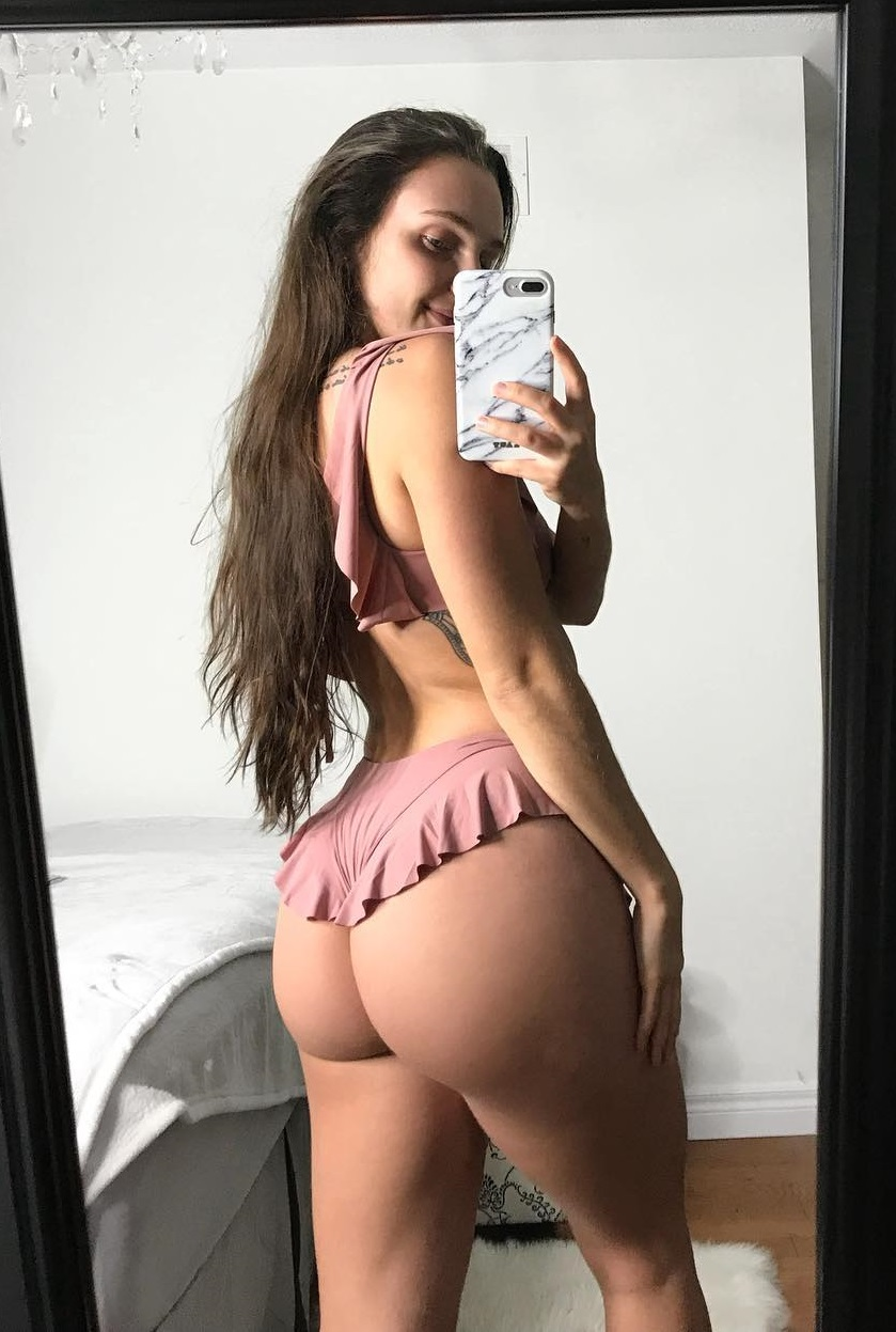 Gabby Scheyen taking a selfie of her curvy glutes in the mirror
