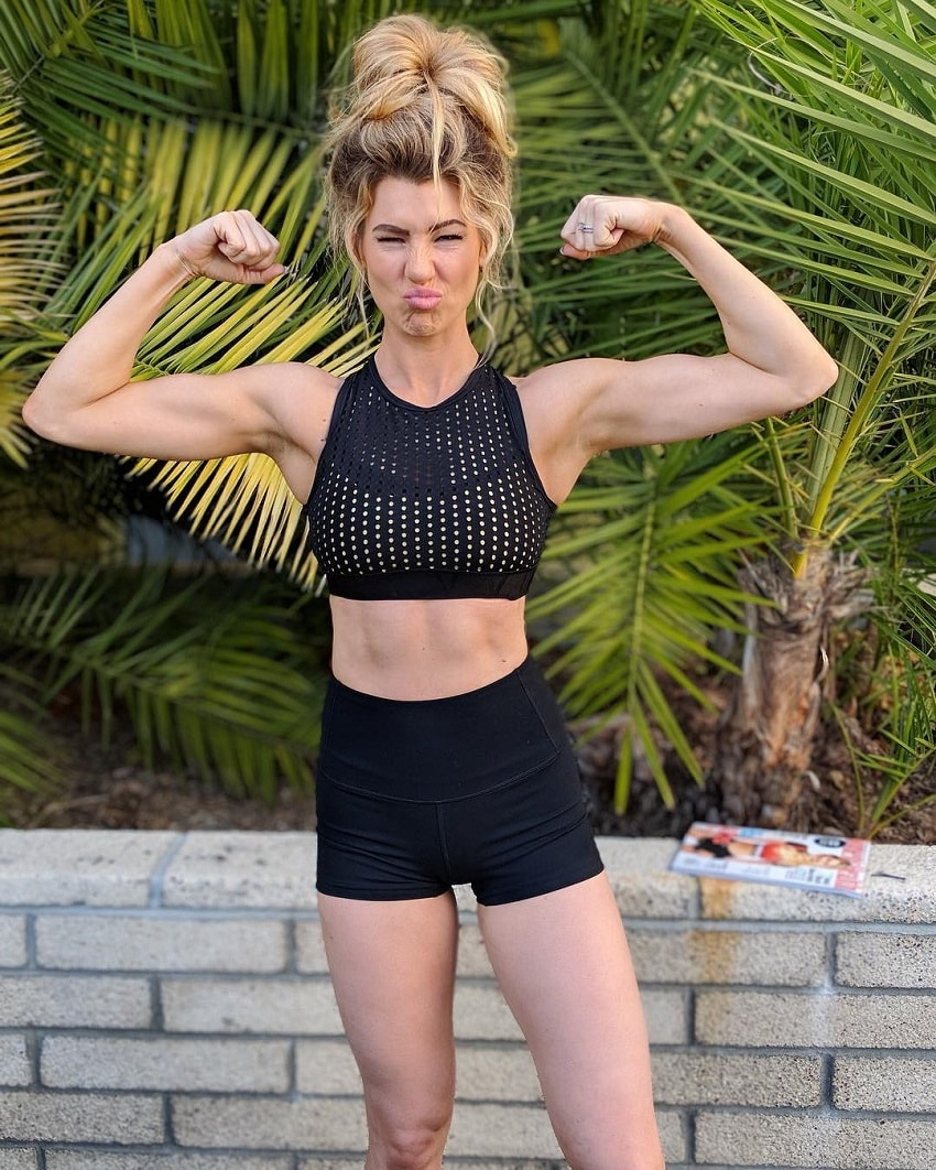 Anna Victoria flexing her strong biceps for the camera