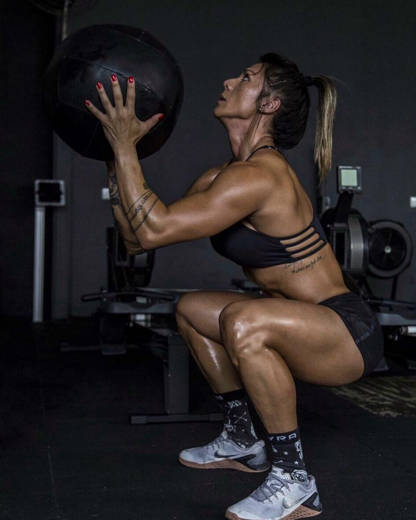 Carolinne Hobo doing an exercise with heavy ball