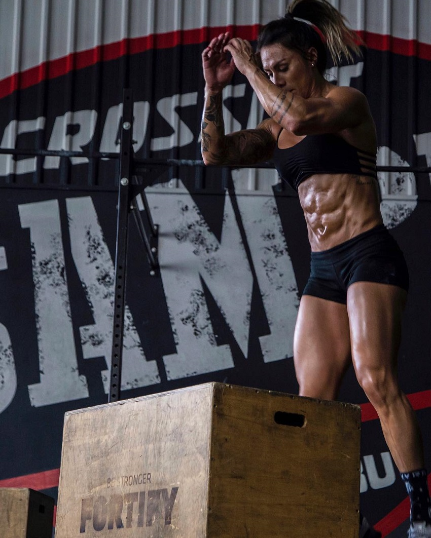 Carolinne Hobo doing jumping boxes exercise looking ripped and toned